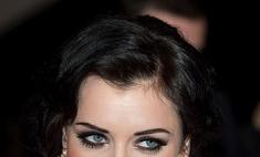 Девушка с черными волосами и голубыми глазами: макияж, цвета одежды