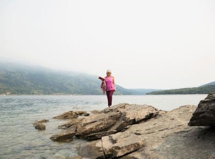 Женщина на берегу озера