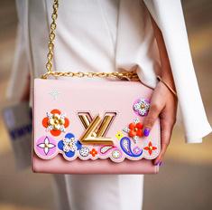 Советы стилиста: как носить самые модные сумки весны