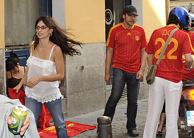 Пенелопа Крус и Хавьер Бардем празднуют победу Сборной Испании