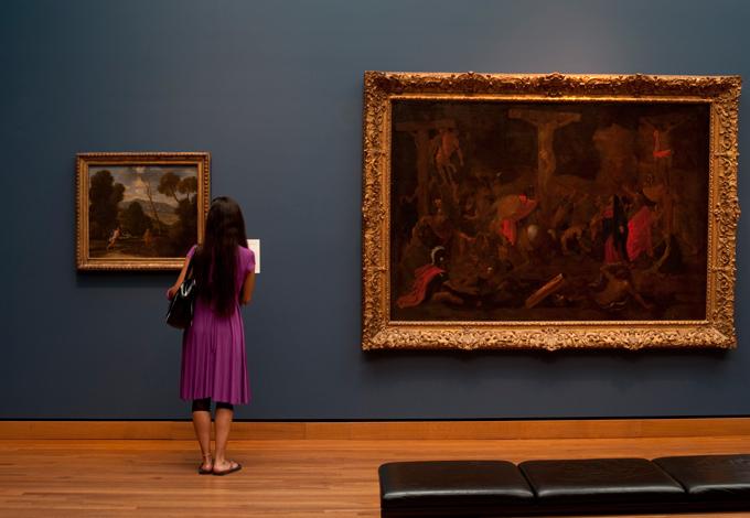 Женщина в музее
