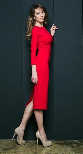 Юлия Зимина в красном платье-футляр