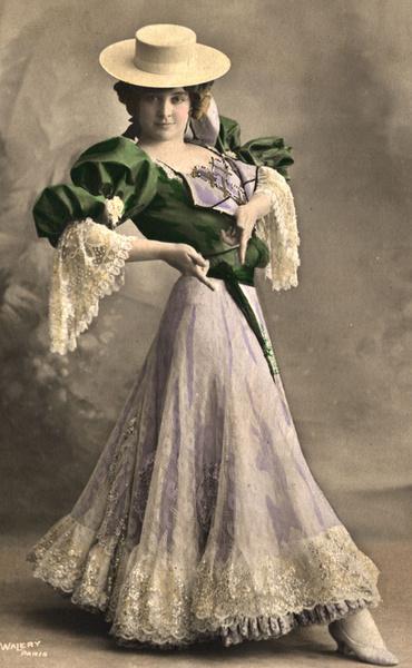 1910. Канкан тогда исполняли в длинных платьях.