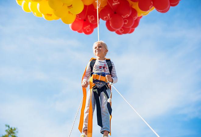 Запуск детей на воздушных шарах. фото