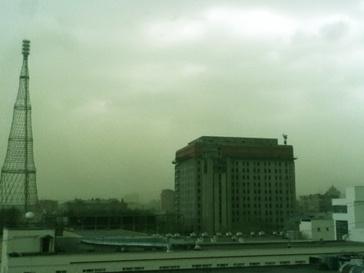 """О причинах появления """"зеленых облаков"""" до сих пор мало что известно: МЧС говорит о природной пыльце, а блогеры - о последствиях аварии на химзаводе."""