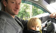 Евгений Плющенко учит сына водить машину