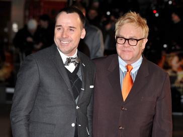 Дэвид Ферниш (David Furnish) и Элтон Джон (Elton John) выснят, кто из них биологический отец их сына