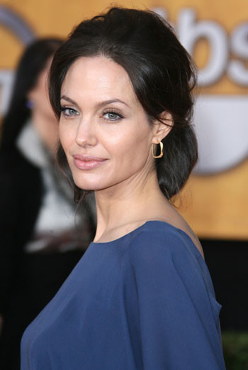 Анджелина Джоли не пьет газированную воду. По ее мнению, газировка провоцирует появление целлюлита, поэтому актриса предпочитает зеленый чай.