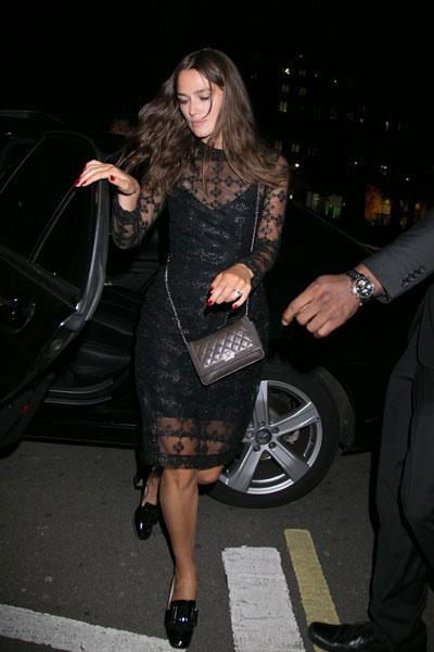Кира Найтли надела лакированные лоферы на толстом каблуке с кружевным платьем
