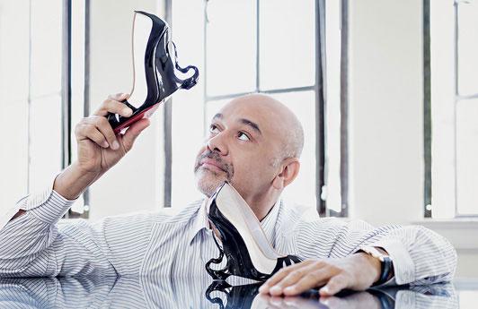 """Кристиан Лубутан с парой туфель, созданных в честь фильма """"Малефисента"""""""