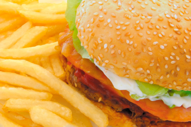 Два раза в день менеджеры ресторана проводят проверку соответствия готовых мясных котлет стандартам качества и пищевой безопасности.