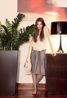 Топ из трикотажа и шелка, Viva Vox, 5280 руб., кожаные перчатки, Viva Vox, цена по запросу; юбка из шелка и шифона, So French, цена по запросу; легинсы из сетки, Wolford, 1800 руб.