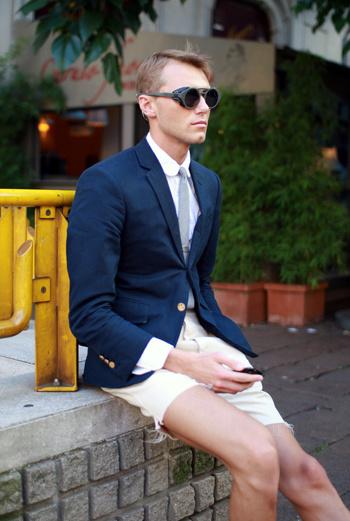 Богемный пиджак с золотыми пуговицами, футуристичные очки и рваные шорты – 22-летний Мэтью вдохновился эклектикой перед показом Prada.