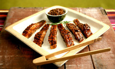 Жареный лосось с луком в бальзамической глазури