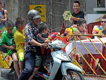 В Таиланде люди поздравляют друг друга с Новым годом, поливая друнг друга водой
