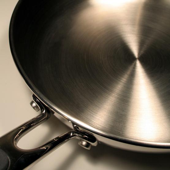 Преимущество посуды из нержавеющей стали заключается в том, что это абсолютно инертный материал, не вступающий во взаимодействие с какими-либо веществами.