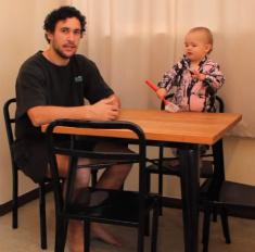 Милота дня: отец заставил младенца сделать уборку