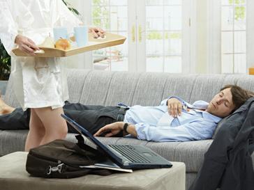 Уставший мужчина и женщина