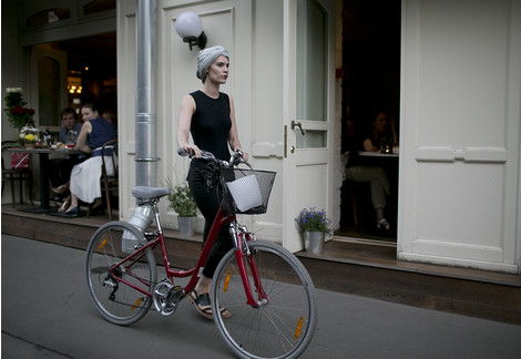 Модные девушки на велосипедах