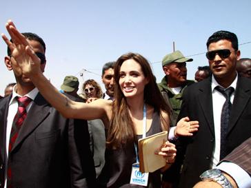 Анджелине Джоли (Angelina Jolie) пришлось спасаться в палатке под охраной военных с пулеметами