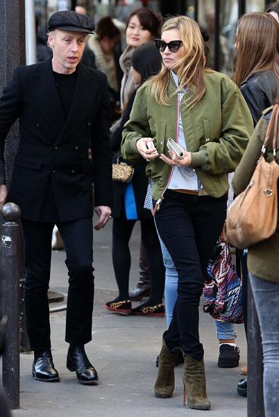 Кейт Мосс во время прогулки по Парижу