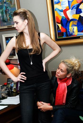Юлия – очень высокая девушка, при этом носит каблуки не менее 12 см.