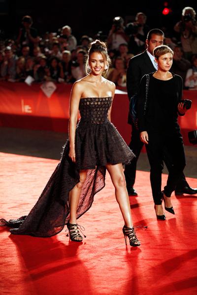 Джессику Альбу уже назвали королевой ковровой дорожки в Венеции, где актриса по-настоящему блистала.