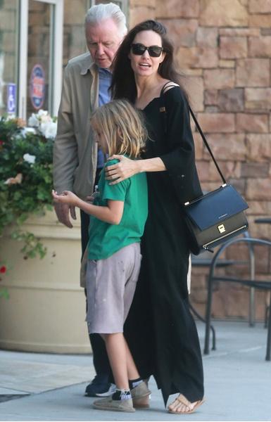 Уже перебор: Анджелина Джоли ест раз в три дня