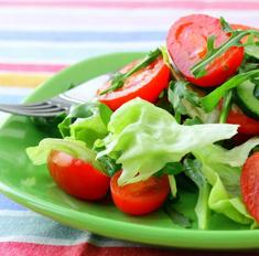 Салат из огурцов и помидоров: маленькие хитрости