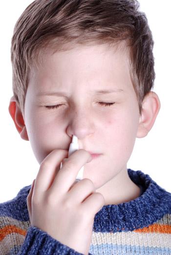 Постоянно увлажняйте слизистые оболочки носа, это поможет противостоять инфекции.