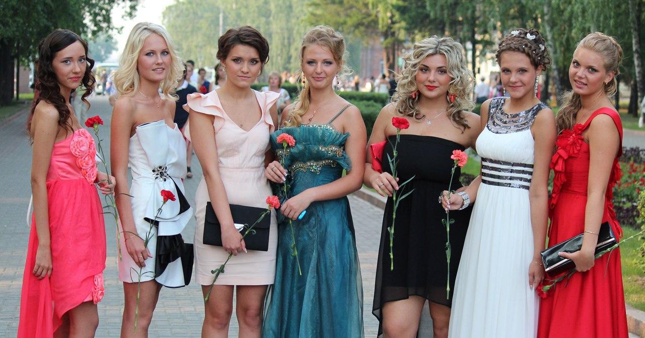 Костюмы для девушек на выпускной фото