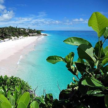 Пляж Crane считается одним из лучших пляжей мира, благодаря бирюзовой воде лагуны, нежному розовому песку, постройкам XVIII века и роскошным частным резиденциям.