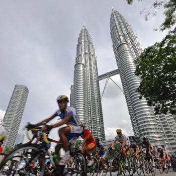 В шикарной столице Малайзии Куала-Лумпуре регулярно проводятся соревнования по велоспорту.