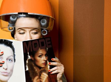 Женщина читает журнал мод