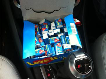 Катя Ли возит целый блок жвачки Love is... в машине.