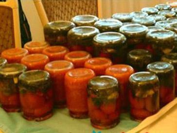 Анита Цой сделала консервированные огурцы и помидоры