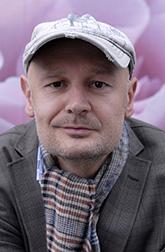 Норвежский писатель Эрленд Лу начал завоевывать сердца российских читателей с романа «Наивно. Супер» (Азбука, 2011). С тех пор на русском языке вышло десять его романов. Ирония, гротеск, предельная простота – три кита авторского стиля Лу.