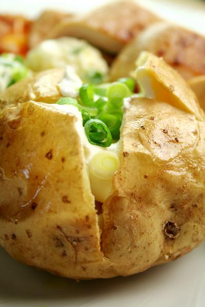 Яблоко без кожицы или очищенная (а не в мундире) картошка – это вкусно, более изысканно... и совершенно бесполезно для здоровья.