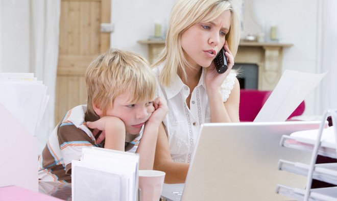 Обсуждайте финансовые дела семьи в их присутствии и постарайтесь сформировать понимание того, что деньги зарабатываются, а не берутся «из тумбочки».