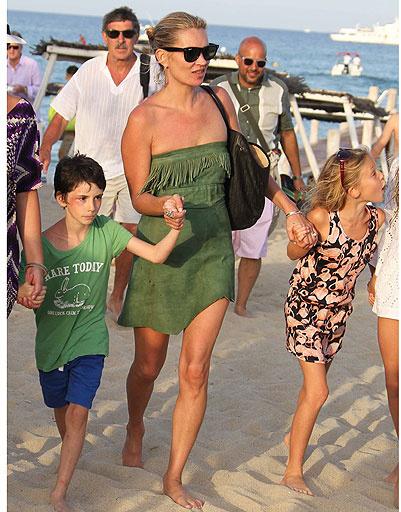 Кейт Мосс (Kate Moss) с дочкой и друзьями