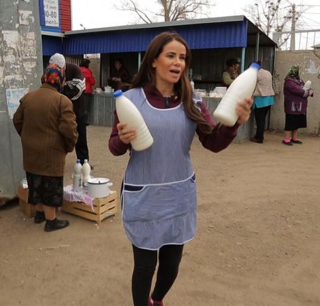 Айза Долматова поработала продавщицей на оренбургском базаре