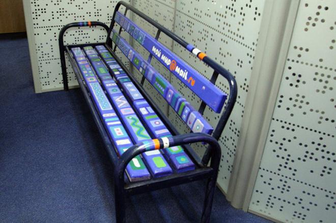 В офисе Mail.ru можно отдохнуть на симпатичных скамейках. Чтобы выбрать дизайнера, который бы смог их расписать, был проведен специальный конкурс.