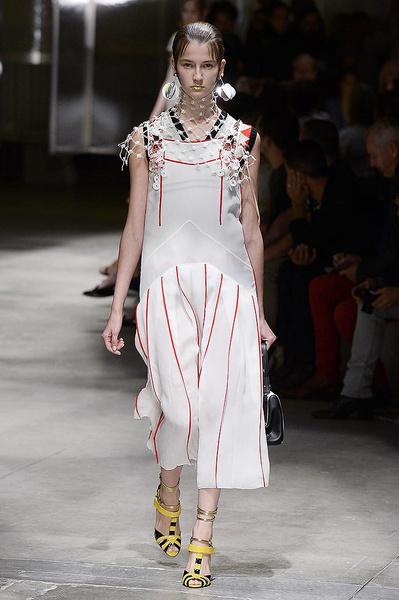 Показ весенней коллекции Prada в Милане | галерея [1] фото [8]