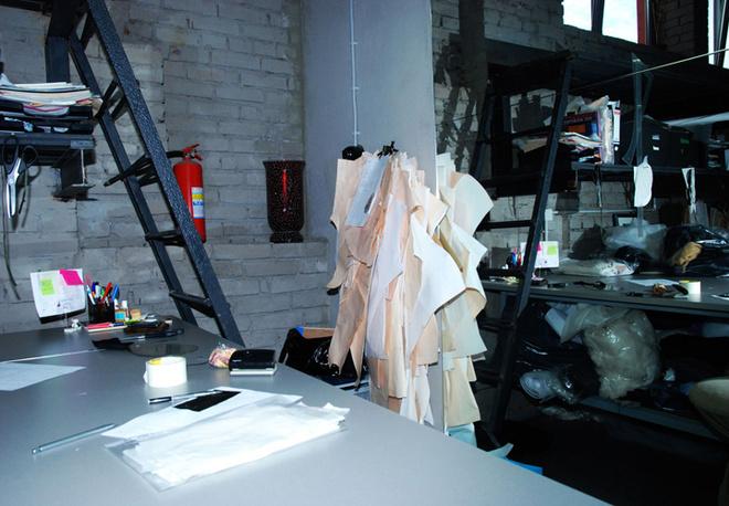 Стол закройщика, выкройки и бумаги для записей.