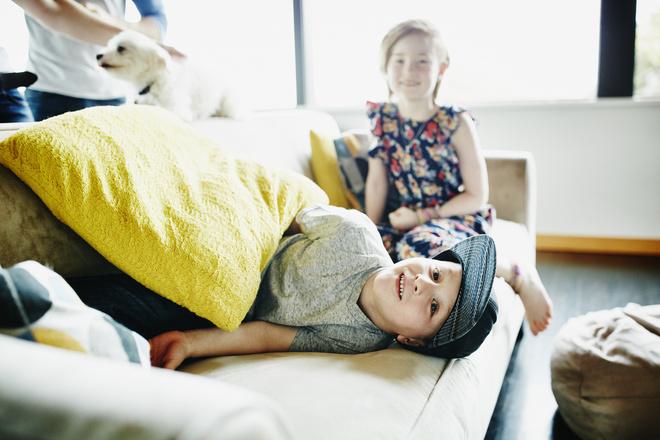двое детей в одной комнате