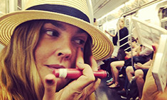 Дрю Бэрримор не стесняется краситься в метро
