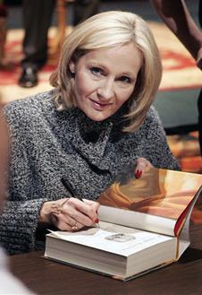 Джоан Роулинг раздает автографы к книге