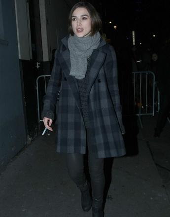 Кира Найтли (Keira Knightley) в клетчатом пальто