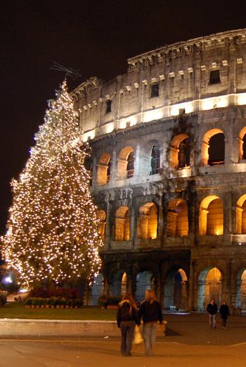 Новогодний Рим преображается - например, у Колизея вырастает громадная, великолепно наряженная елка.