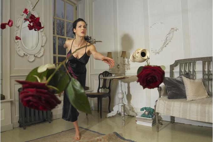 Женщина кидает вазу с цветами